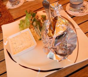 Alufolie schützt die glutkernheiße Kartoffel